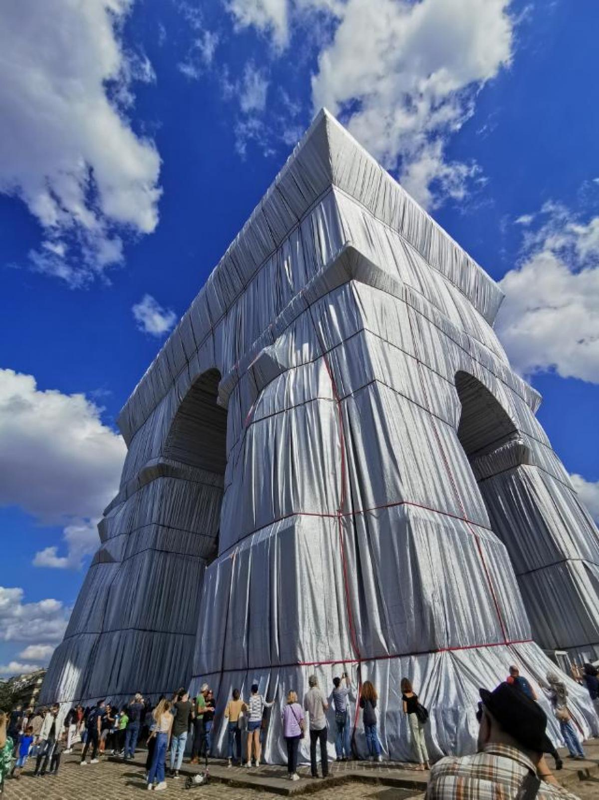 L'Arc de Triomphe, Wrapped -another manifesto of Christo's freedom and proof that nothing is impossible