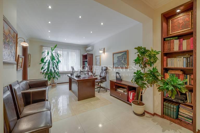 Офис под наем - стилно и луксозно обзаведен, с централна локация