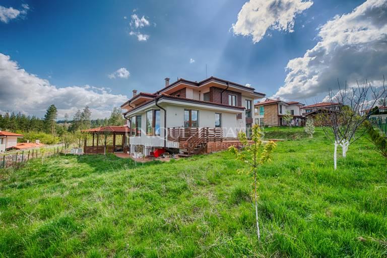 Просторна къща за продажба в еко селище