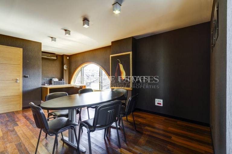 Luxury office with a prestigious location for rent