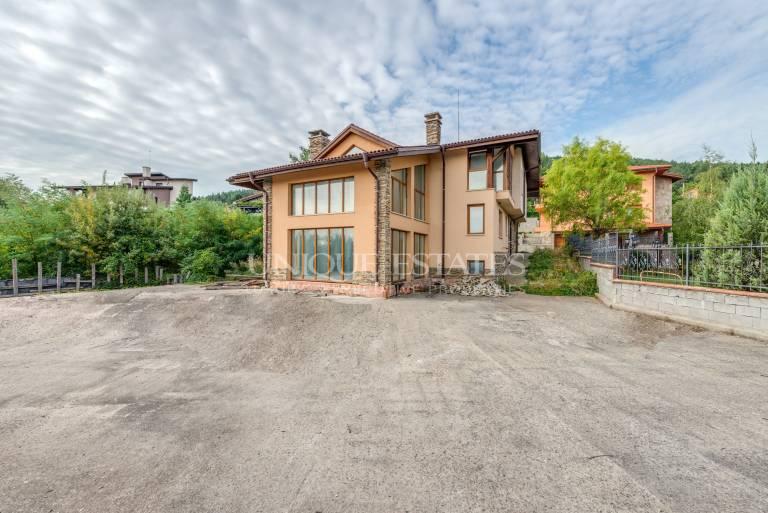 Чудесна къща с четири спални за продажба в  кв. Бистрица