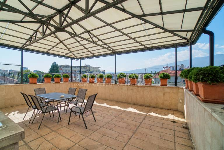 Extremely spacious and bright penthouse with three bedrooms