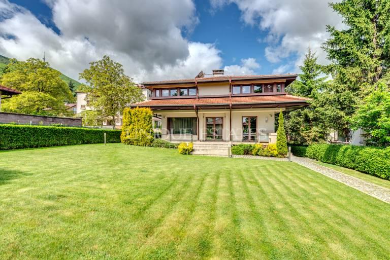 Къща с прекрасен двор в квартал Бояна