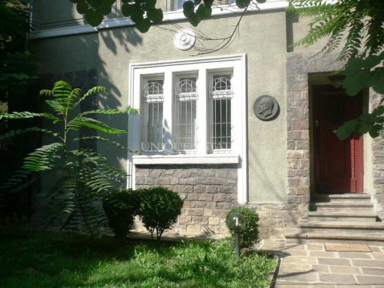 Unfurnished house for rent in the city center