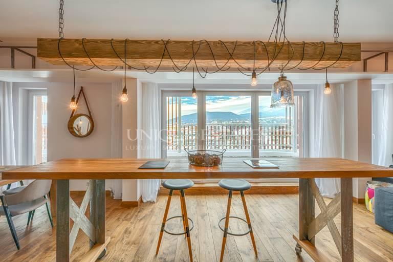 Стилен и просторен апартамент с четири спални и красиви гледки
