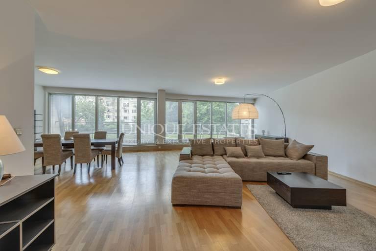 Тристаен апартамент с усещане за къща в район Докторска градина