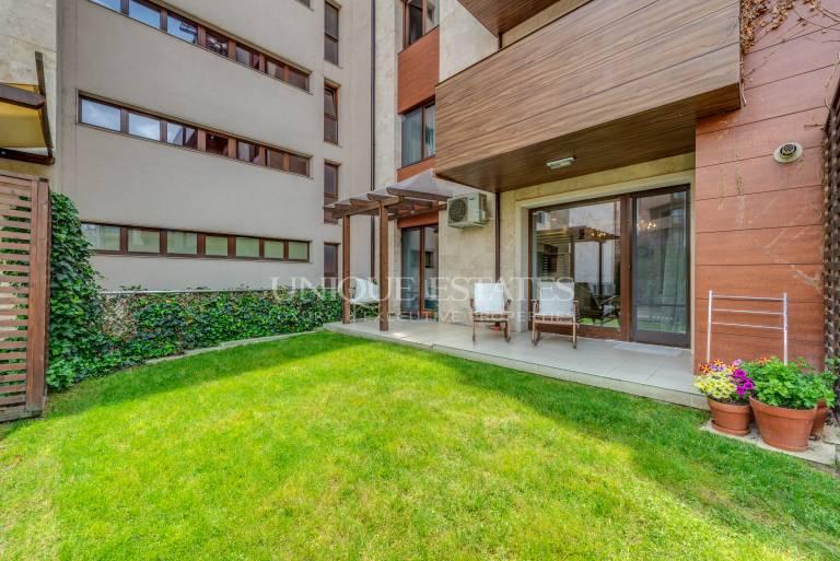 Флора Парк, елегантен двустаен апартамент с двор