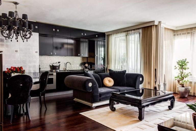 Много луксозно завършен и обзаведен тристаен апартамент под наем