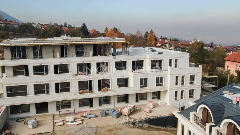 Тристаен апартамент в новостроящ затворен комплекс за продажба