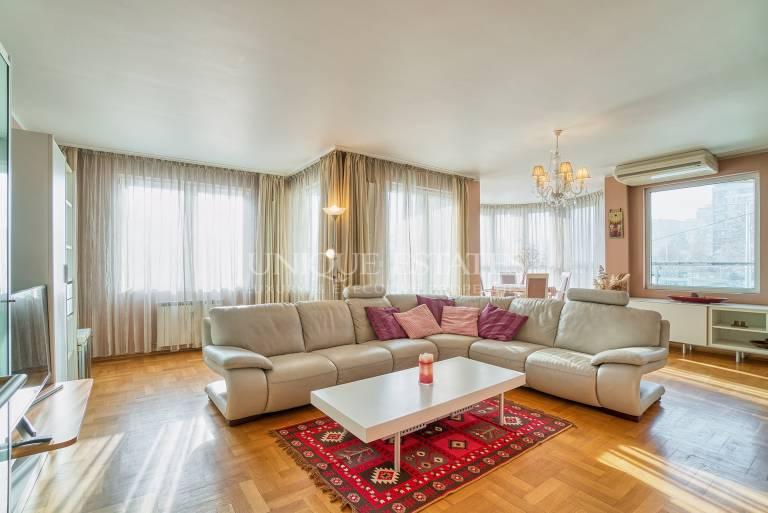 Просторен и елегантен апартамент под наем с панорамни гледки