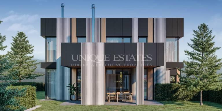 Нова къща с модерна архитектура в затворен комплекс
