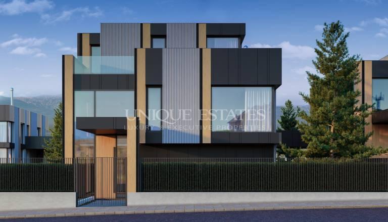 Функционална нова къща с модерна архитектура в затворен комплекс