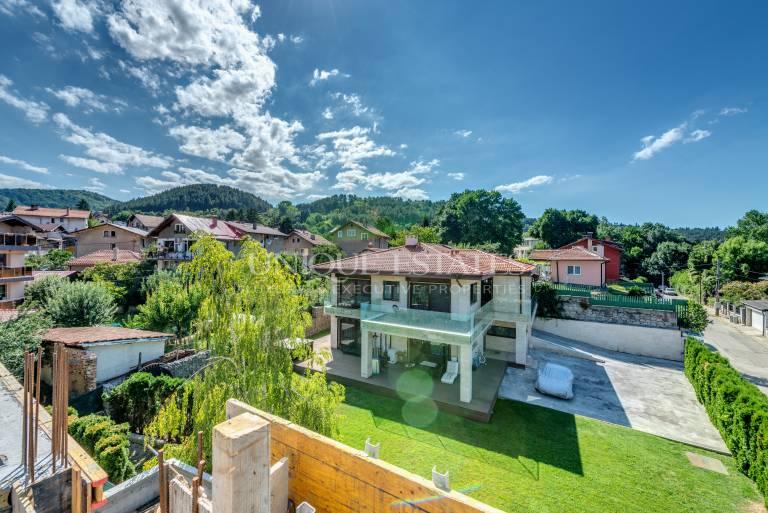 Уникална просторна къща с гледки към Панчаревското езеро