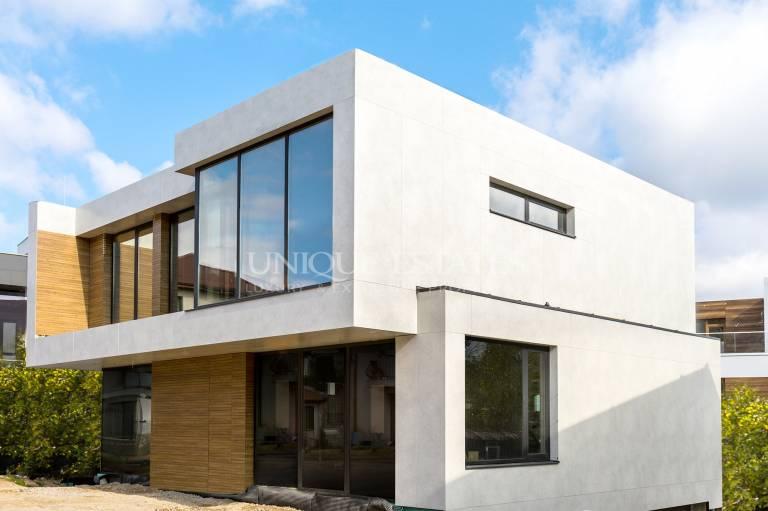 Минималистична къща с перфектна локация в кв. Бояна