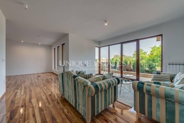 Слънчев апартамент с индивидуален двор за продажба в кв. Бояна