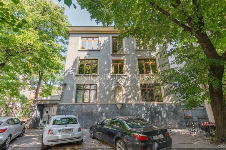 Самостоятелна сграда под наем в центъра на София