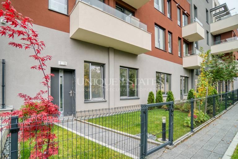 Нов, слънчев апартамент с малко дворче и усещане за къща