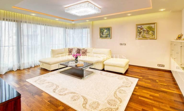 Красив апартамент за продажба Флора парк с 3 спални