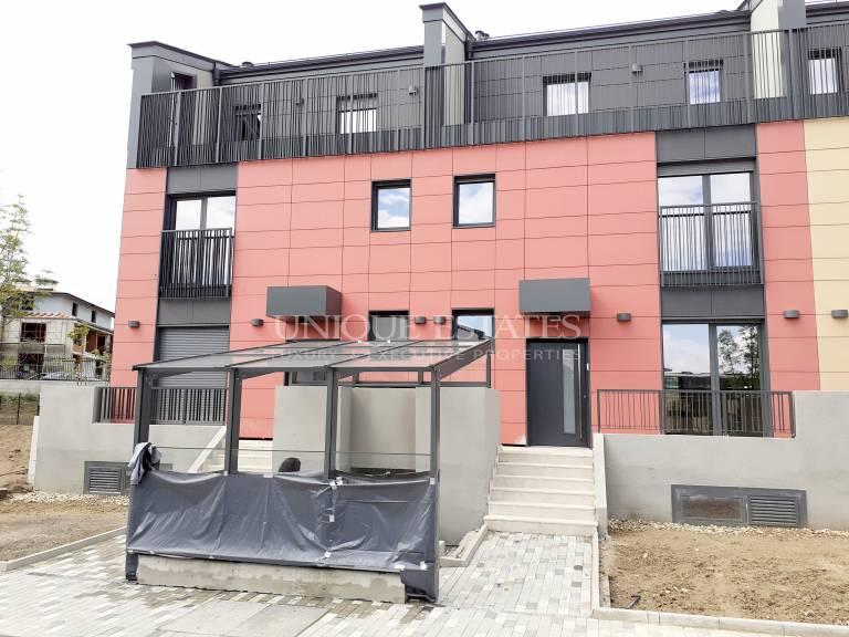 Отлична, нова къща с четири спални в затворен комплекс