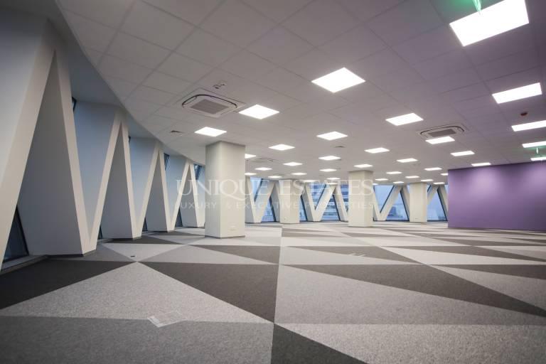 Впечатляващ офис в емблематична сграда под наем